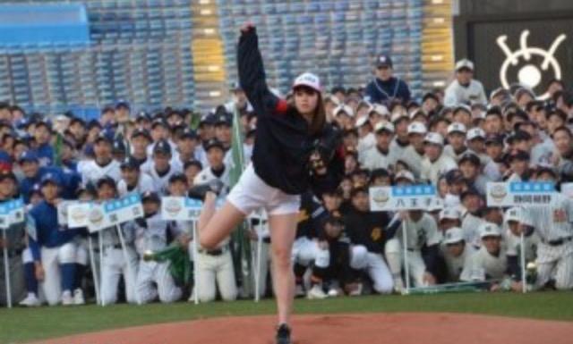 稲村亜美が襲われた!始球式で野球少年たちに・・
