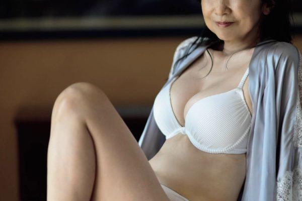 宮崎美子、奇跡の61歳の秘訣は、絶妙なポージング!?